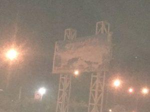 تابلوی ورودی شهر بم از سمت زاهدان فاقد روشنایی است